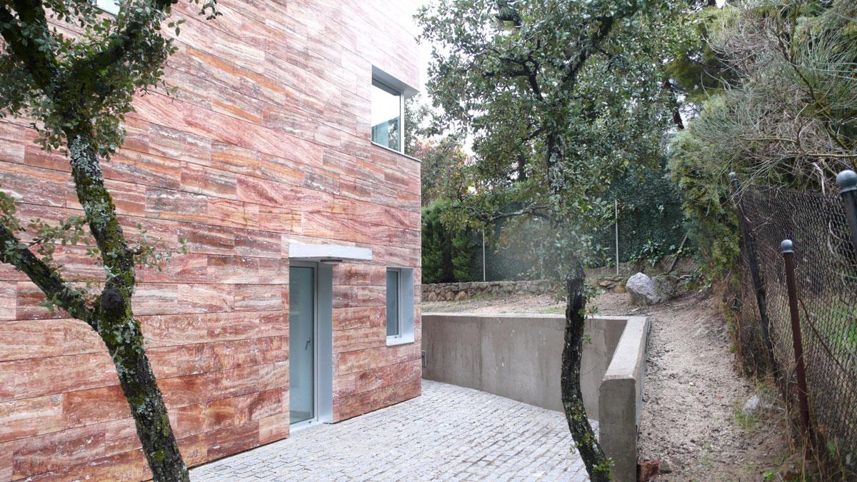 Vivienda-en-la-berzosa-exterior-detras-jardin