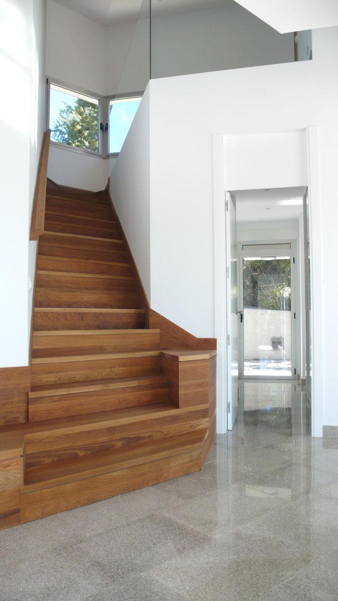 Vivienda-en-la-berzosa-interior-escalera-subida